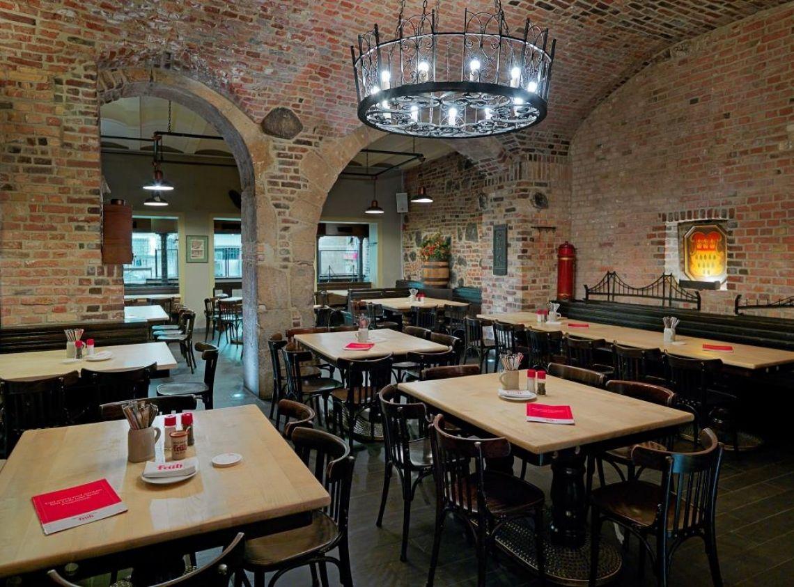 Das Brauhaus FRÜH am Dom, Brauhauskeller Ein Teil der FRÜH Geschichte lag lange verborgen: unser Brauhauskeller. Die mittelalterlichen Gewölbe im ehemaligen Gär- und Lagerkeller wurden nach Verlegung der Brauerei in den Kölner Norden aufwendig freigelegt und restauriert. Köln's erster Brauhauskeller wurde 1998 im FRÜH am Dom eröffnet. Seitdem gibt es hier frisch gezapftes FRÜH Kölsch an der Kellertheke. Der traditionelle Köbes serviert typisch kölsche Speisen an den blank gescheuerten Holztischen. In der offenen Küche kann man den Köchen beim Zubereiten der Speisen über die Schulter schauen. Das Kapellchen, mit seinen gotischen Bögen, französischem Kirchenboden und vielen Details aus dem Kölner Dom, zeichnet sich durch seine festliche Atmosphäre aus und eignet sich besonders für Familienfeiern. Sitzplätze Brauhauskeller gesamt: 430