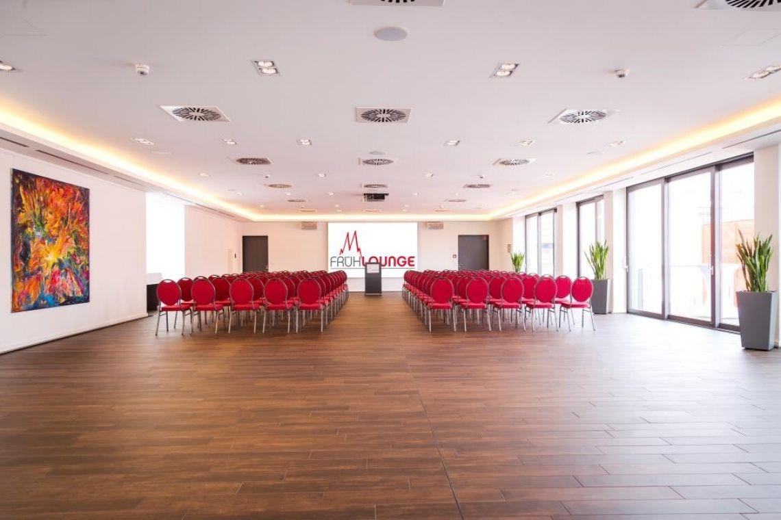 FRÜH Lounge Blick auf das Rednerpult