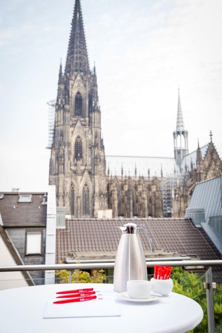 FRÜH Lounge Mit Blick auf den Kölner Dom