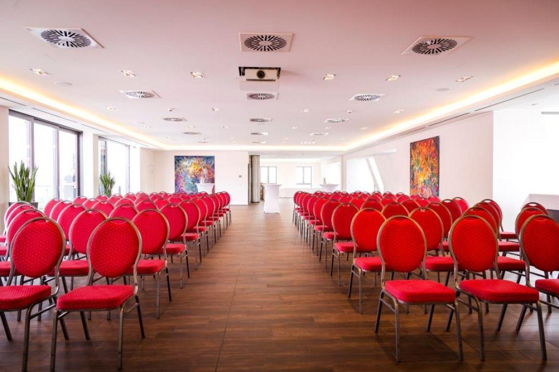 FRÜH Lounge Blick in Richtung des Empfangsbereich mit schöner Theke und Garderobe