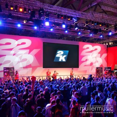 Messe Produktshow auf der gamescom mit Livebühne und begeisterten Fans. Weitere Infos finden Sie auf www.muellermusic.com
