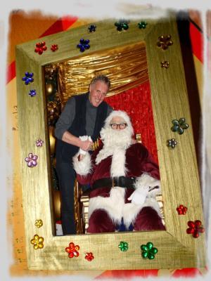 """Die Weihnachts-Foto-Aktion - mit dem """"echten"""" Weihnachtsmann ! Unser Weihnachtsmann kommt zu Ihnen, zu Ihrer Weihnachtsfeier. Lassen Sie sich und ihre Kindern fotografieren - die Fotos werden gleich vor Ort ausgedruckt.   Dazu können von den Kindern in unserem Kreativ-Atelier auch noch weihnachtlich gestaltete Bilderrahmen hergestellt werden.  So werden aus den Fotos gleich wunderschöne, individuelle Weihnachtsgeschenke,  die auch vor Ort gleich liebevoll als Geschenk eingepackt werden können."""