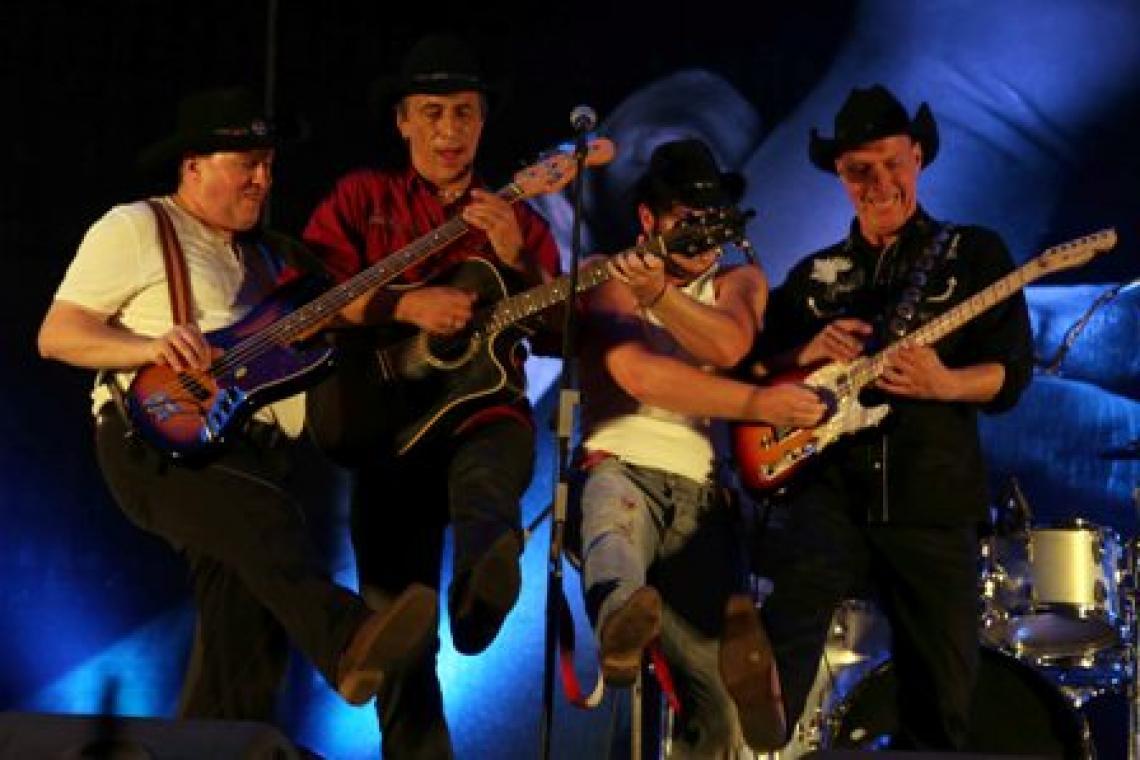 Keine Angst vor Cowboys Jetzt bekommen Sie bloß keine Angst vor Cowboys ! Smiley   Die Mavericks machen nämlich jeden glücklich, denn sie tragen zwar einen Hut, aber die Musik ist total vielseitig: