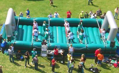 Human Kicker XXL / Menschkicker / Human Table Soccer mieten Der Fußballklassiker - Tischfußball XXL und Sie selber werden zur Spielfigur. Bis zu 12 Spieler (6 gegen 6) können in der Fußballarena antreten, Hände an die Schieber und los geht's. Nur gemeinsam können sich die Zweier- und Dreierreihen nach links und rechts bewegen, das gestaltet das Spiel amüsant schwierig. Xtreme Events bietet zwei unterschiedliche Human Kicker Modelle: mit und ohne Luftkissenboden, wählen Sie selbst und mieten Sie den Human Table Soccer.
