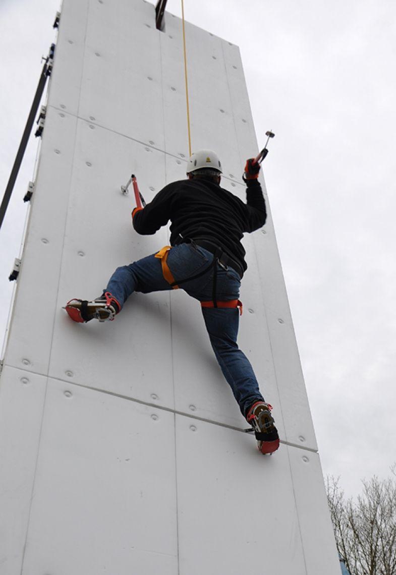 Eisklettern an der Eiskletterwand mieten Mit Steigeisen und Eispickel erklimmen die Teilnehmer die Gletscherwand. Zum Einsatz kommt ein Spezialkunststoff, der den Eisbelag ersetzt. Einsetzbar zu jeder Jahreszeit.