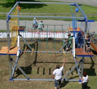 Kids Cube / Hochseilgarten für Kinder / Kinderhochseilgarten mieten In 2,5 Metern Höhe absolvieren die Kids hier einen Hochseilgarten mit vier unterschiedlichen Stationen. Die Eltern und Freunde können den Parcours vom Boden aus begleiten und den Kleinen hilfreiche Tipps geben. Xtreme Events hat auch einen riesigen mobilen Hochseilgarten für Erwachsene im Programm, zusammen mit dem Kids Cube liefern wir einen Hochseilgartenpark für Groß und Klein.