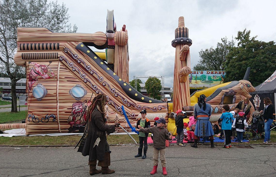 Piraten-Hüpfburg mieten Das gigantische Piratenschiff hat im Inneren eine integrierte Riesenrutsche sowie Spiel- & Sprungflächen zum Toben. Ein toller Eye-Catcher, mieten Sie jetzt das Event-Piratenschiff.