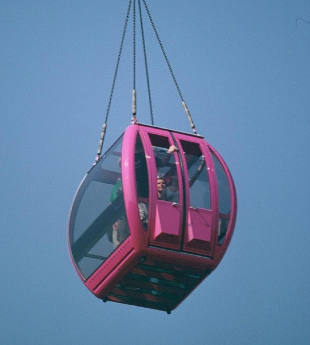 Die Aussichtsgondel SKY CAGE, eine Krangondel aus Panzerglas mieten Der Sky Cage ist einzigartig - bieten Sie Ihren Gästen eine extreme Aussicht in 50 Metern Höhe und somit über das komplette Event-Areal und weit darüber hinaus. Die Krangondel ist rundum verglast, selbst der Boden ist aus bruchfestem Panzerglas... und genau das bereitet den Passagieren in der Gondel beim Aufstieg ein ganz besonderes Kribbeln im Bauch. Der Skycage ist für acht Personen zugelassen und pro Stunde sind 10 bis 12 Fahrten möglich. Mieten Sie jetzt den Sky Cage für Ihren nächsten Event. Die Panzerglasgondel ist ein exklusives Produkt von Xtreme-Events, seit neuestem glänzt der Sky Cage in neutral Schwarz.