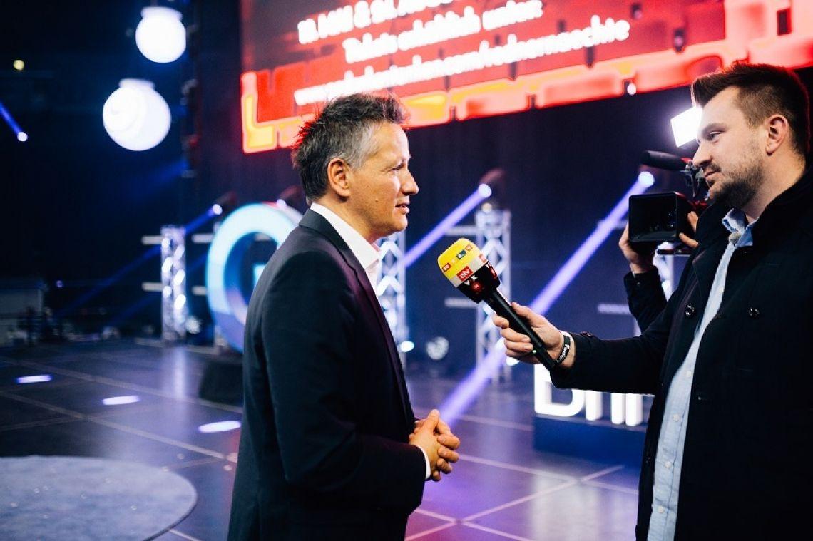 Barack Obama - das Live-Interview nach der Begegnung Vor 15.000 Menschen interviewte Cristián Gálvez den 44. US-Präsidenten Barack Obama. Nach dem einstündigen Gespräch gab es ein Live-Interveiw mit dem Fernsehsender RTL.