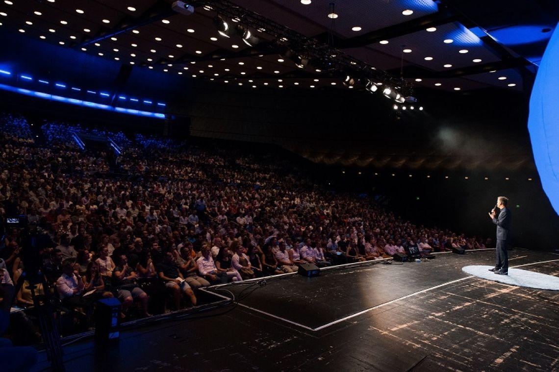 Jahrhunderthalle Frankfurt In der Jahrhunderthalle Frankfurt sprach Cristián Gálvez vor 3.000 Menschen über Wahlkampfinszenierung, Rheotrik in der Politik und das spannende Feld der sogenannten kognitiven Frames. Gerne übersenden wir Ihnen den Vortrag als Download.