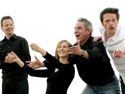 Improvisationstheater - einmalig und erfrischend spontan Sie haben keine Ahnung, was Sie da erwartet? - Keine Bange, wir auch nicht. Denn Improvisationstheater ist immer neu, immer spontan und nicht wiederholbar. Die Akteure wissen nur dass sie spielen aber nicht was sie spielen. Was letztlich auf der Bühne geschieht, wird von den Zuschauern durch Stichworte, Spielideen und Vorschläge entscheidend mitgeprägt. Eine charmante Moderation entlockt Ihren Gästen Informationen über kleine Lieben und große Taten, nette Marotten, skurrile Alltagsgeschichten, kurz: den ganz normalen Wahnsinn. Daraus entsteht eine Welturaufführung mit Geschichten, die sich Ihr Publikum gewünscht hat. .  Mit Vorliebe bauen wir dabei Menschen, Produkte oder Gegebenheiten Ihres Unternehmens in das Geschehen mit ein. Vielleicht verlagern wir Ihren Firmenalltag in ein anderes Jahrhundert oder bringen Ihre Unternehmensphilosophie mit einem Märchenballett auf den Punkt. Es gibt nichts was nicht geschehen könnte.  Und das ist noch nicht alles, denn untermalt und mitgestaltet wird das Ganze von einem Live-Pianisten, der mit gezielter Musikauswahl und virtuoser Begleitung einen wohlklingenden Rahmen schafft und dem Geschehen seinen Stempel aufdrückt.  Mit Sicherheit schenken Sie so sich und Ihren Gästen Ihr ganz individuelles Theater-Erlebnis, das diese so schnell nicht vergessen werden.   Zum schreien komisch.  Zum sterben schön.  Spielzeit: 2x 45 min (oder nach Wunsch) Technik: Tonanlage mit Anschluss für Keyboard und 2 Mikros sollten vorhanden sein
