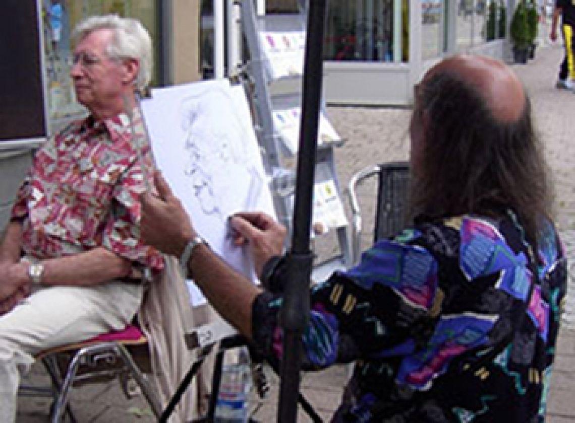lockere Atmosphäre. Die Künstlerische Aktion mit Karikaturen und Schnellportrait-Zeichnungen sorgt für eine lockere Atmosphäre