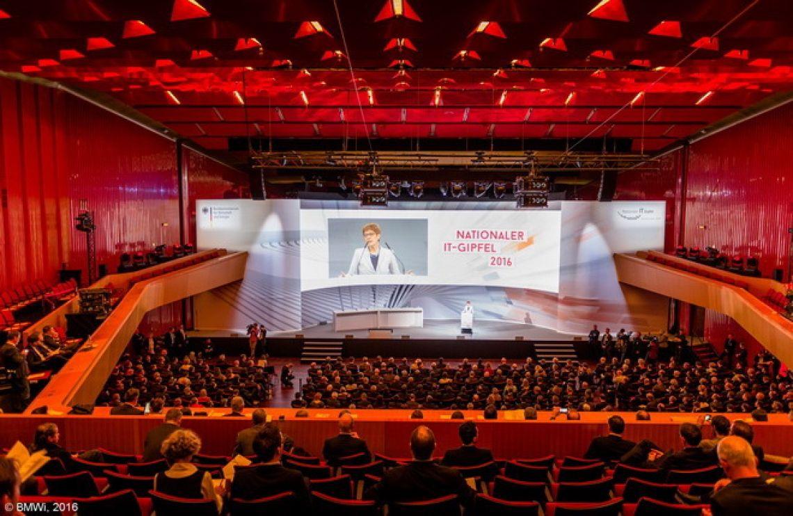 """IT Gipfel Saarbrücken  Am 16. und 17. November 2016 fand in Saarbrücken der Nationale IT-Gipfel 2016 unter dem Motto """"Lernen und Handeln in der digitalen Welt"""" statt. Inhaltlicher Schwerpunkt des IT-Gipfels 2016 war das Thema Digitale Bildung."""