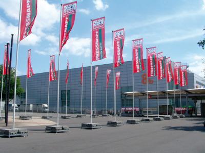 Fahnen & Fahnenmasten Fahnenmasten und bedruckte Flaggen oder Banner für Sponsorenlogos oder als Markierung von Fluchtwegen & Co.