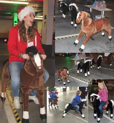 Ponyreiten Der Hit für die Kids! Die Kinder lieben unsere weich gepolsterten Pferdchen, die einem echten Pony gleichen. Auch für die Zuschauer ist diese Aktion lustig und unterhaltsam anzusehen. Durch die Auf- und Abbewegung des Reiters bewegen sich die Ponys vorwärts. Der Reiteffekt wirkt täuschend echt und ist rein mechanisch ohne Motor und ohne Batterien – allein durch reine Muskelkraft!