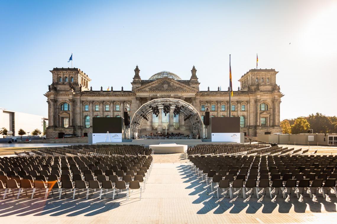 Reihenbestuhlung Schalenpolsterstühle vor dem Reichstag