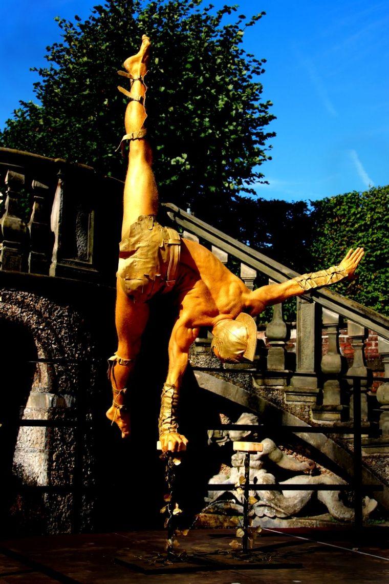 Statue im Handstand