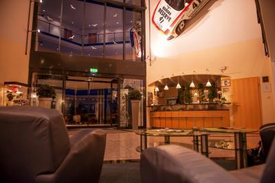 Foyer mit Motorsportambiente