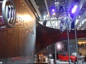 """as waterwall - Wasserwand für BUICK in Peking Buick, Auto China 2008 Vom 22. April bis 28. April hatte die internationale """"Auto China 2008"""" auf dem neuen Messegelände der Olympiastadt Peking ihre Premiere. Unter dem Slogan """"Dream-Harmony-New Vision"""" präsentierten sich alle großen Automarken auf insgesamt 180.000 Quadratmetern Messefläche. Die amerikanische Automobilmarke Buick inszenierte sich mit einer waterwall von as systems.  Die zehn Meter lange zweireihige Wasserwand wurde für den Messestand als eigenständiges Display in das Architekturdesign integriert. Optischer Blickfang war ein Wasserstrahl, der ohne jegliches Spritzwasser durch ein ausgeständertes Buick Logo fiel. Bei as systems lagen Planung und Konzeption, der Bau der Anlage sowie der Service."""