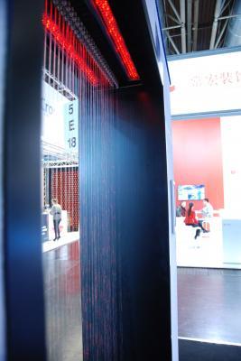 Wassertür - Waterdoor Waterdoor Wasser-Exponat in Form eines Wasservorhangs Die Waterdoor ist ein interaktives Wasser-Exponat in Form eines Wasservorhangs, bestehend aus einzeln gesteuerten Düsen mit teilgrafischer oder vollgrafischer Ansteuerung. Eintretend durch die Waterdoor, einen sich automatisch öffnenden Wasservorhang, gelangt der Besucher trockenen Fußes in Ihren Besucherraum, Ihre Location oder Ihren Point of Sale. Dieses Wasserexponat eignet sich gleichermaßen für temporäre Aufbauten in der Event- und Bühnentechnik, im Messebau sowie für dekorative und wirkungsvolle Festinstallationen im Innen- und Außenbereich. Ob als transparenter Raumteiler, attraktives Gestaltungselement oder multimediale Projektionsfläche– die interaktiven Wasserexponate sind vielfältig einsetzbare Elemente.