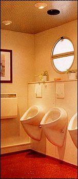 """Luxus-Toiletten Innenansichten Bei den Urinalen wird eine Besonderheit dieser Luxus-WC-Einheit besonders deutlich. Sie sehen nirgends Rohre, kein Gestänge oder unansehnliche Befestigungen. Alle technischen Notwendigkeiten sind """"unter Putz"""" gelegt."""