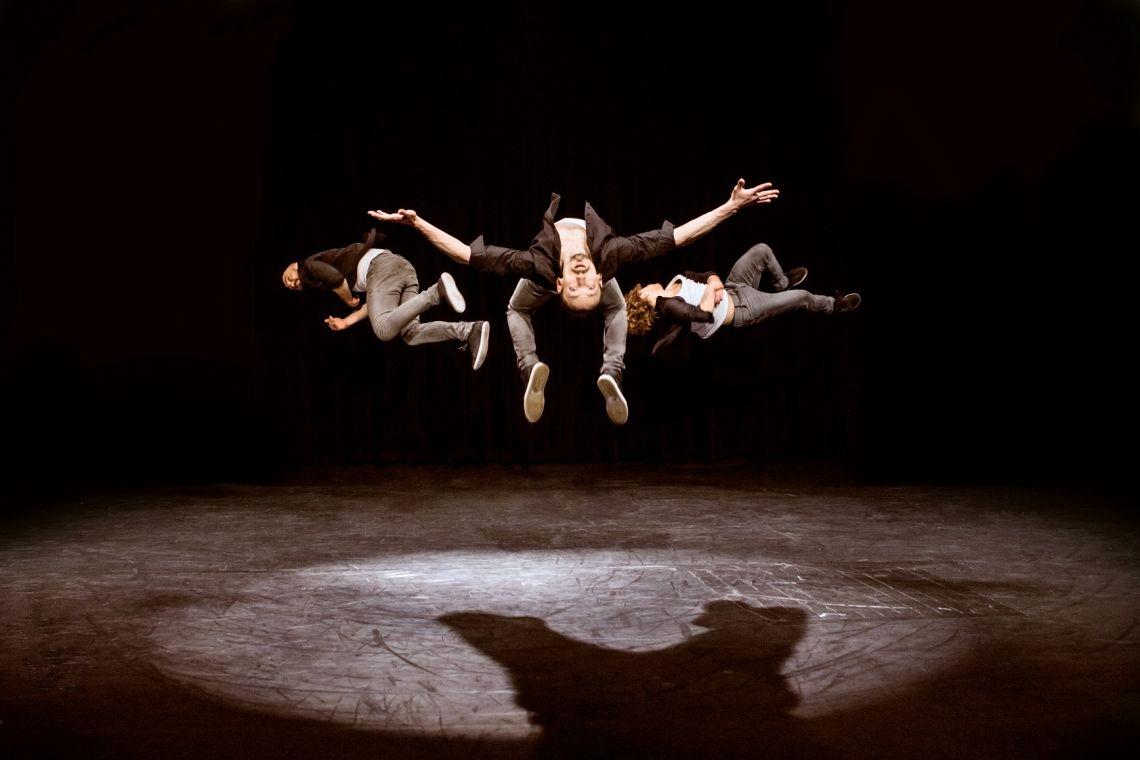 Tridiculous Geballte Kraft und Dynamik, Musikalität und eine gehörige Portion Humor – und alles zu einer untrennbaren Einheit miteinander verflochten: die Gruppe Tridiculous. Die Show fesselt die Zuschauer, sie rockt, bebt und berührt. Tridiculous, das sind drei smarte Typen mit vielen Skills: Die Multitalente beherrschen Beatbox, Breakdance, Akrobatik und noch einiges mehr und mixen daraus einzigartige Spektakel. Dabei sind sie gelebte Multikultur: Ein in Tel-Aviv aufgewachsener Russe und zwei Ukrainer haben sich in Berlin getroffen und jetzt rocken sie wie Funk-Soul-Brothers aus Motown. Die Show ist ein atemberaubendes Spektakel, gekennzeichnet durch eine spektakuläre Artistik bei der man in jedem Moment die unbändige Spielfreude der Akteure sieht. Keine Show ist wie die andere: aus ihrem schier unerschöpflichen Repertoire basteln sie für jeden Anlass ein passendes Programm.  Ihre klassische Straßenshow dauert 20-25 Minuten, doch können sie auch bis zu 60 Minuten und somit abendfüllend spielen.