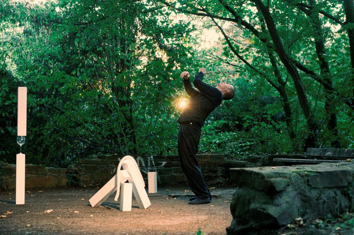 Benjamin Richter - TAKTiL Jonglage ist wie eine Skulptur, die für einen Bruchteil von Sekunden existiert. Wie ein Bildhauer erschafft Benjamin Richter in seiner Performance TAKTil jonglierte Skulpturen, die länger bestehen. Er nutzt verschiedene Objekte, die nicht für die Jonglage erschaffen wurden: Stein, Weinglas oder Seil geben durch ihre jeweiligen Eigenschaften die Formen vor und werden im Laufe der Performance erforscht und neu arrangiert.   Über vier Stunden hinweg kreiert Benjamin Richter immer wieder neue Skulpturen, die in einen Moment entstehen und im nächsten Augenblick dekonstruiert werden. Es entsteht ein visueller Dialog zwischen Mensch und Objekt. Mit voller Präsenz offenbart der Jonglage- und Bewegungskünstler, was die Objekte zu erzählen haben. Die Zuschauenden sind eingeladen, den ständigen Wandel der dekonstruierenden Jonglage zu beobachten: Sie können dem Prozess eine Weile zuschauen, weggehen und wiederkommen, um die Veränderungen zu entdecken.