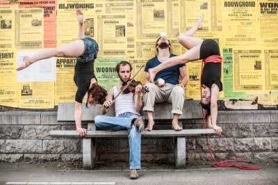 Deux sans Trois Die drei Akrobaten und der Musiker der jungen, belgischen Compagnie Deux sans Trois haben den Mut, mit Drama und Humor zu spielen und kreieren so, dank ihrer hochwertigen Kompetenzen, innovativen Ideen und einer ordentlichen Portion jugendlichen Esprits ein herausragendes Stück zeitgenössischer Artistik fernab ausgetretener Zirkusklischees