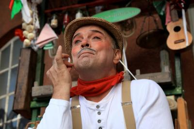 """Giovanni Gassenhauer Giovanni Gassenhauer, der neue Walk Act von Markus Siebert (Knäcke) präsentiert """"Original italienische Glucksmomente"""". Eine mobile Marktkarre, voll wunderbarem Schnick-Schnack, Schnäppchen und Überraschungen. Präsentiert von Giovanni Gassenhauer, dem cleversten fliegenden Händler auf Europas Nord-Süd-Achse."""