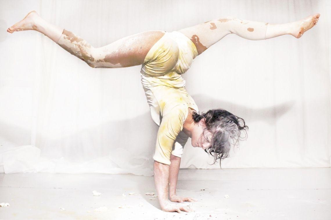 """Natalie Reckert - Superheldin aus Zuckerguss Natalie Reckert ist Handstandartistin. Sie balanciert nicht nur sich selbst sondern auch schräge Ideen. Als Forscherin, als akrobatische Superheldin oder als Lakritzstange gibt sie dem Publikum Einblicke in das Leben einer Artistin und die Belastbarkeit des Körpers. Dieser Körper ist manchmal unbesiegbar, virtuos und kompliziert aufgebaut. Aber oft auch zerbrechlich, vergänglich und wie aus Zuckerguss gemacht. Natalie Reckert hat in 2007 am """"National Centre for Circus Arts"""" in London abgeschlossen und in 2009 ein Studienjahr bei """"Visions in Motion"""" der Schule für zeitgenössischen Tanz in Kassel belegt. Als Handstandartistin war sie unter anderem im GOP Variete zu sehen. Als Ensemblemitglied tourte sie mit """"Generating Company"""", """"Sugar Beast Circus"""" und mit Ilona Jäntti. Aktuell lebt und arbeitet Natalie Reckert in London."""