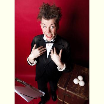 """Ben Smalls """"Mozart"""" Ben Smalls ist Jongleur, Tänzer und moderner Clown. Und er liebt Mozart! In seiner clownesken Hommage an den Klassik-Helden entführt er das Publikum auf eine unterhaltsame Reise durch die schönsten musikalischen Werke des Komponisten und interpretiert diese auf wundervolle, neue Art."""