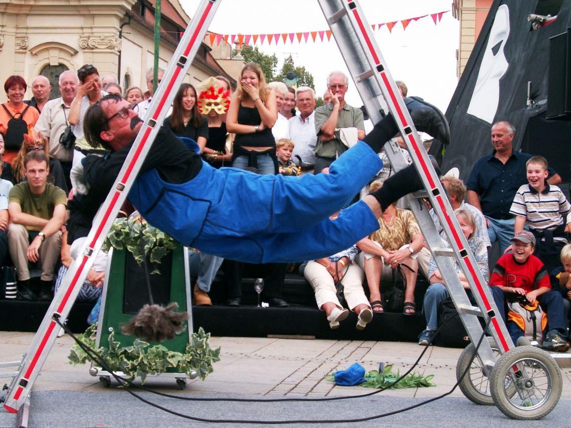 """Nakupelle """"Der Höhepunkt des Limburger Festivals. Mit einem nicht enden wollenden Strom von Comedy, Bewegungen, Aktionen und Reaktionen hielt er sein Publikum gefesselt. Das Talent vorzutäuschen als ob er alles während der Performance zum ersten mal erfindet oder erlebt, macht jedes Detail zu einem Highlight. Ein ungeschickter Virtuose ... ein elastischer Verlierer. Das ist Slapstick in der besten Tradition von Chaplin und Buster Keaton."""" (Limburgs Dagblad)"""