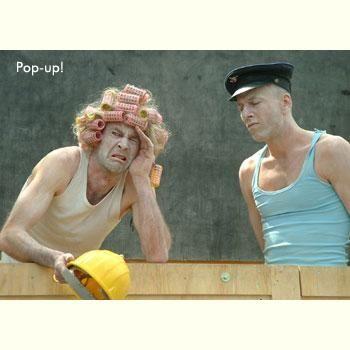 """Pop up Jaap Slagman´s """"Pop up"""":Eine Reisekiste öffnet sich … zum Vorschein kommen kuriose Gestalten. Das Stück sprüht vor skurrilen Situationen und ist in seinem Tempo geprägt durch den stetigen Rollenwechsel der beiden Spieler."""