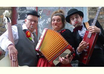 The Bombastics The Bombastics – Die beste Clownband der Welt. Drei begnadete Musiker und waghalsige Sänger, unverbesserliche Rampensäue und wahre Entertainer beglücken mit ihrer Lust am clownesken Spiel und an der Improvisation.