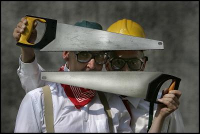 """Timber Eine großartige Hommage an das ehrbare Handwerk, an die Kunst des ehrbaren Zimmermanns und an die Schönheit des Holzes. """"TIMBER"""" – 40 Minuten voll von Testosteron und Melodien, Ungeschicklichkeit und Anmut. Burleske Poesie mit Holzsplittern, vorgetragen von The Primitives."""