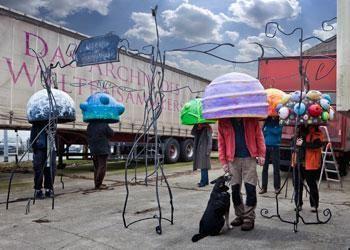 """Das Archiv des Weltensammlers """"Das Archiv des Weltensammlers"""" ist ein spartenübergreifendes Theaterprojekt, eine Verbindung von bildender Kunst mit Straßentheater/ Open-Air-Performance. Der dargestellte Bühnenraum ist """"Kunst im öffentlichen Raum"""". Ob Fußgängerzone, Park, Hinterhof oder Einkaufszentrum: Die ausgestellten Objekte verändern den Raum und die Wahrnehmung des Betrachters."""