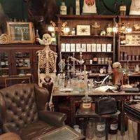 Medizin und Apotheke Medizinerfläschchen, Skelette, Apothekergefäße, Waagen, Anschauungsobjekte, Skelette,... Bei Wandel Antik finden Sie die passenden Requisiten für die Gestaltung einer alten Apotheke, Arztpraxis oder Labor.