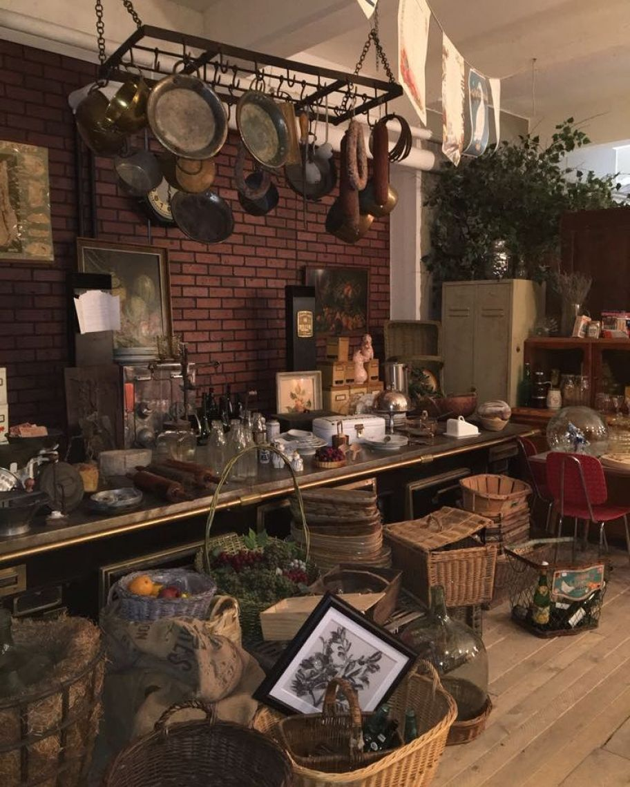 Küche Eine große antike Profiküche ist der Hingucker auf Ihrem Event. Alte Töpfe, Pfannen, Körbe und Waagen sorgen für den richtigen Charme einer französischen Landhausküche.