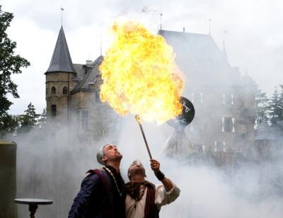 (F)linke Finger Wir bieten alles rund um mittelalterliche Gaukelei, Zauberei, Jonglage und Feuershows.
