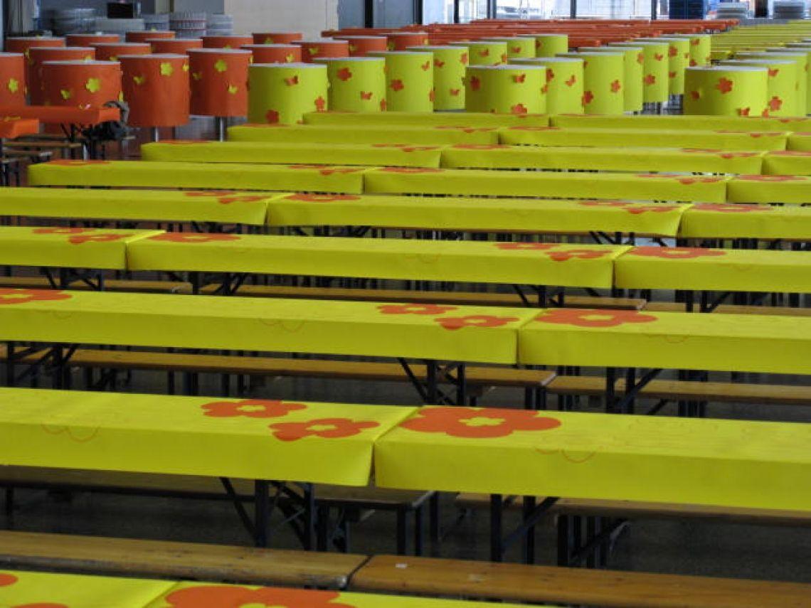 patide auf Ausstellerabend der Messe Frankfurt patideCLASSIC für den Biertisch,  bedruckt mit  Design-Flower-Power aus der patide-Kollektion, konfektionierte Biegelinien und Klett- und Flauschverschlüsse sorgen für ein  schnelles  Auf- und Abdecken.