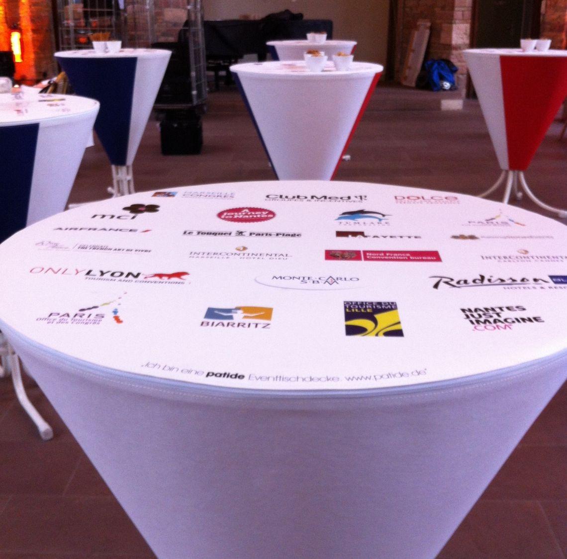 Eventgerechte Kommunikationsfläche. So entstehen für Partner Inszenierungsflächen auf Stehtischen. Diese finden Einsatz für Podiumsdiskussionen, Networkingareas, für Wartebereiche, Buffets oder Foyers.