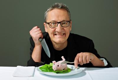 """Holger Paetz Eine gesunde fleischlose Ernährung verspricht doch generell mehr Vitalität, weniger Gewicht, mehr Lebensfreude. Im krassen Widerspruch dazu gilt es, den inneren Schweinehund zu überwinden und dem unstillbaren Appetit auf ein saftiges Stück Grillfleisch den Garaus zu machen. Hin und her gerissen sucht Holger Paetz in seinem Kabarettsolo """"Auch Veganer verwelken"""" nach Antworten."""