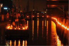 Hafen City Hamburg September 08 Konzeption und Durchführung der Feuerinstallation zur Eröffnung des Traditionsschifffahrthafens im Auftrag und Zusammenarbeit mit der Agentur BWP. Hunderte von Feuertöpfen tauchten das Hafenbecken in warmes Licht. Auf drei Pontons brannten Feuerinstallationen, deren Licht sich im Wasser spiegelte. Am Ende der Feuershows wurden unsere Feuerskulpturen entzündet.