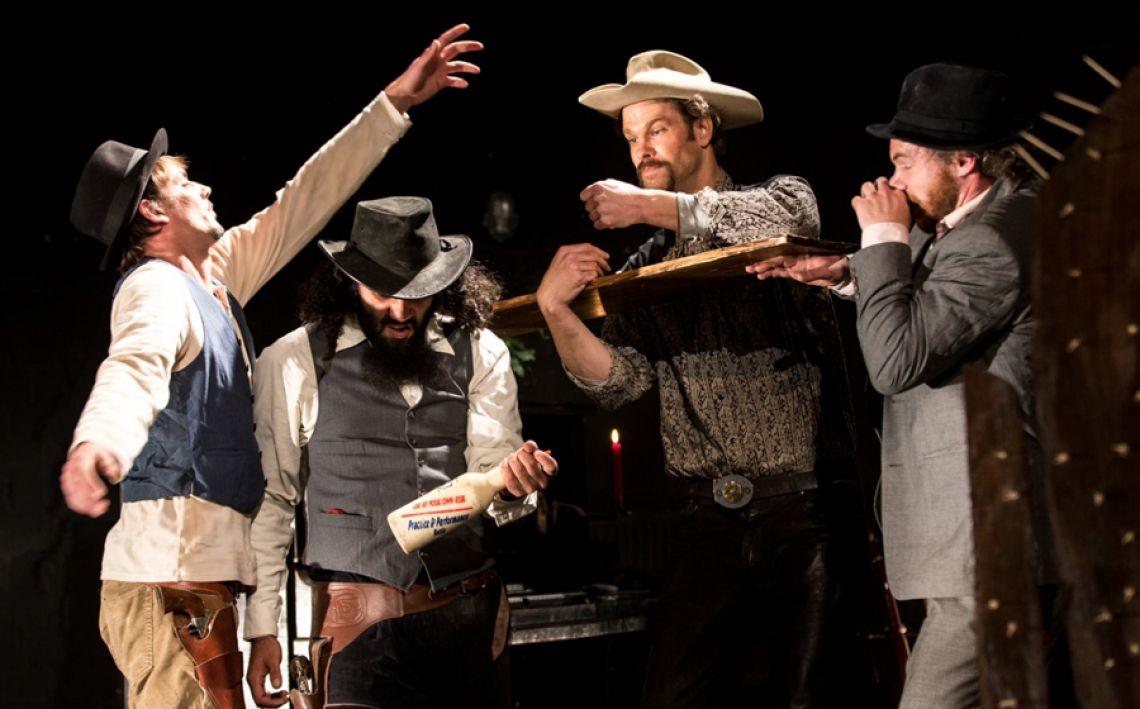 """LONGJOHN -  spricht jeden an, denn Männer lieben Cowboys – und Frauen lieben Männer. LONGJOHN ist Comedy, Musik, Tanz, Artistik, Improvisation, Multimedia - kurz : Freestyle Theater! Stellen Sie sich vor, Sie kommen abends nach einem anstrengenden Tag nach Hause und verwandeln sich beim Staubsaugen plötzlich in einen Cowboy zu Zeiten des Wilden Westens…  So ergeht es Frank, der das Publikum daraufhin miterleben lässt, wie es ist, mit grimmigem Blick durch knarzende Saloontüren zu gehen, durch die Prärie zu reiten, sich zu prügeln oder mit Alison, Johnston und Slicky am Lagerfeuer zu sitzen und mit den Filmstimmen berühmter Westernhelden über das Mann-Sein zu philosophieren.  """"Auf eine Überraschung folgt sofort die nächste, Männer und Frauen lachen sich schief und fühlen sich ertappt von diesem Bild vom Mann, der stark sein will und voll Sehnsucht ist."""" (Monika Everling / Haller Tagesblatt) Mehr als 80 Filme und Tondokumente wurden dafür gesichtet, Ausschnitte zusammengetragen und digital verfügbar gemacht. Auf der Bühne verteilte Tasten steuern einen selbstkreierten Bühnensampler, der diese Passagen gezielt und manchmal scheinbar zufällig abspielt. Der so erzeugte Soundtrack lässt die Bühne zur Kinoleinwand werden. Eigens produzierte Brillen, die das Blickfeld auf das cineastische Breitbildformat reduzieren, laden den Zuschauer ein, das Filmerlebnis noch authentischer werden zu lassen. www.longjohn.cologne"""