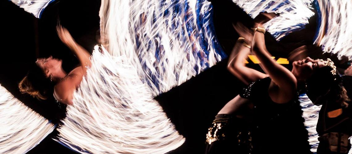 Lichtarello Lichtarello beeindrucken Sie mit einer Feuershow, die ihresgleichen gar nicht erst sucht. Zwei so zauber- wie meisterhafte Feuerartistinnen und zwei nur meisterhafte Jongleure bieten Ihnen eine hoch artistische Feuer-Show: Akrobatik, Stockkampf, Trommeln, Jonglage, Tanz – alles mit brennenden Fackeln und brennenden Herzen. In einer ausgefeilten Choreographie. Sie werden Feuer fangen!