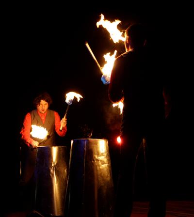 Fire & Drum Forzarello beeindruckt Sie mit einer Feuershow, die ihresgleichen gar nicht erst sucht. Zwei meisterhafte Feuerartisten trommeln mit brennenden Fackeln auf Metallfässern und jonglieren noch dabei! Ein optischer und akustischer Überhammer – auch ohne Benzinfässer. Sie werden Feuer fangen!