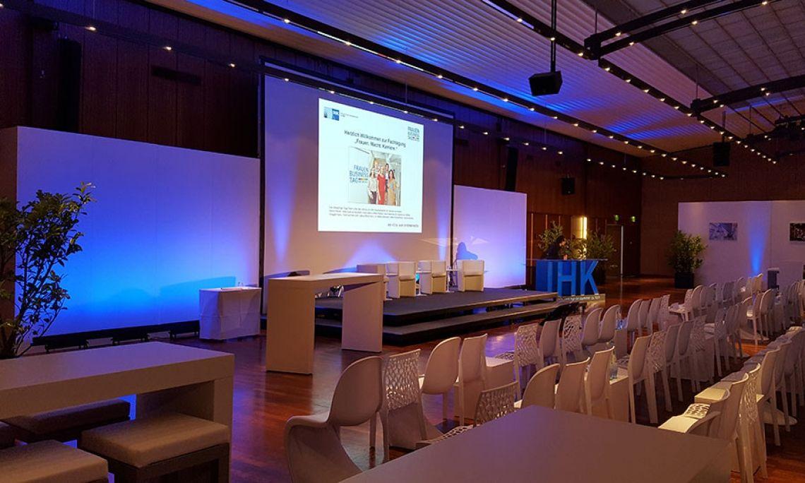Veranstaltungsbau click.wand 3m als Bühnenrückwand beim Frauen-Business-Tag der IHK Köln