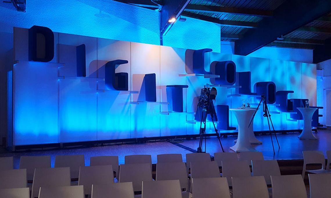 Veranstaltungsbau click.wand als  Bühnenrückwand mit Regalkonstruktion und Deko-Elementen