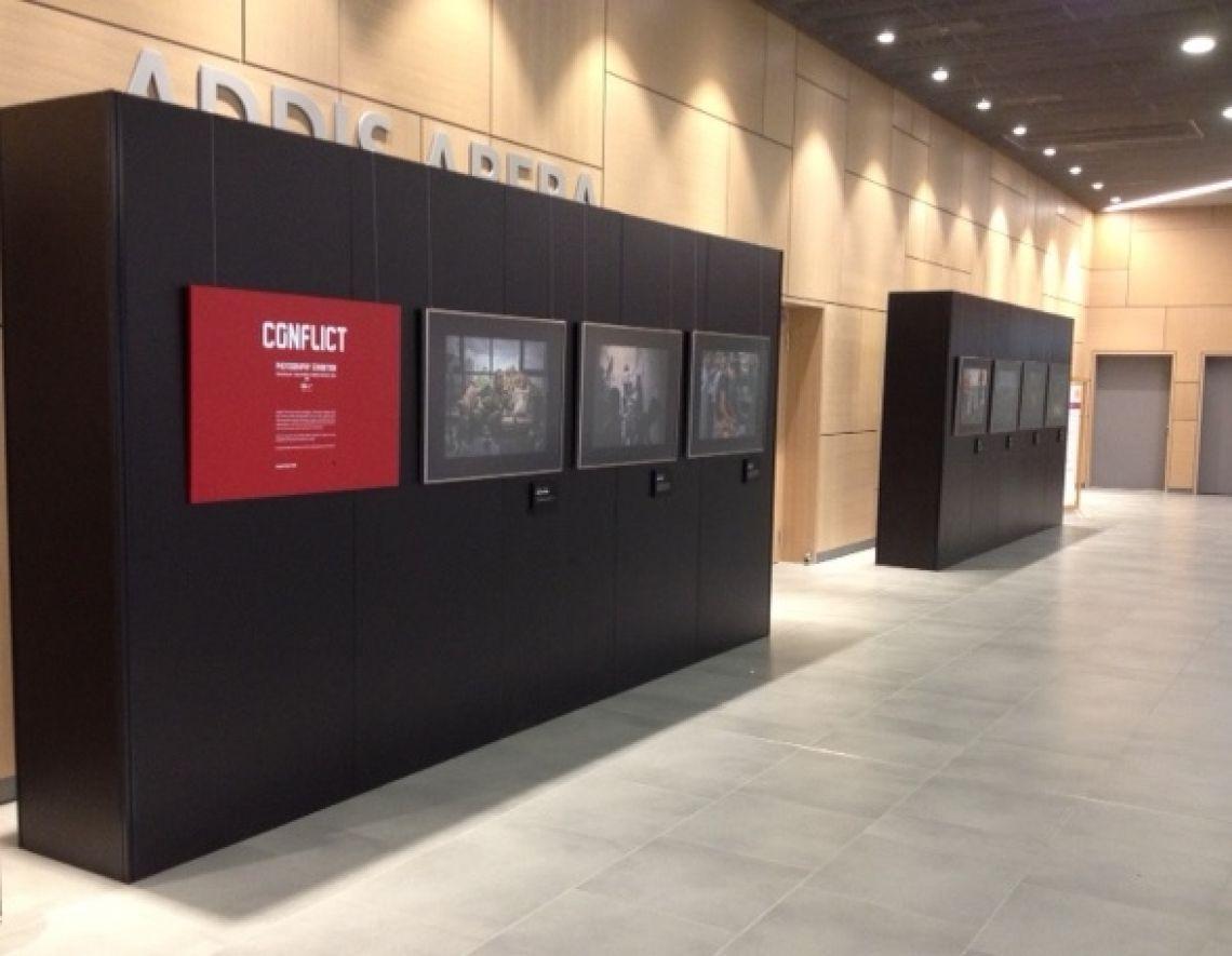 Bilderausstellung mit schwarzen Wänden Bau einer Bilderausstellung aus unserer neuen schwarzen click.wand