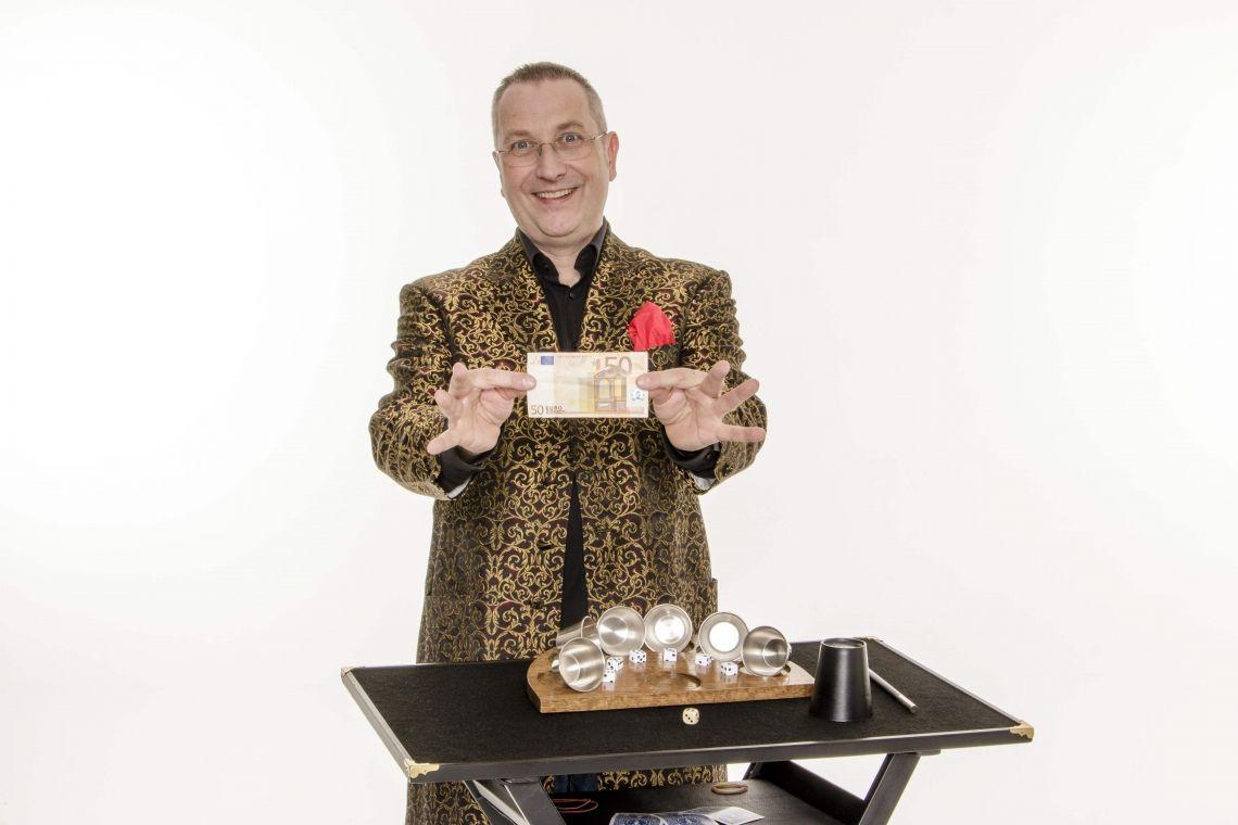 Magic HOFFINI - Close-up-Zauberkunst Magic HOFFINI ist als STAGE-ACT und mit Close-up-Zauberkunst (table hopping von Tisch zu Tisch) buchbar.